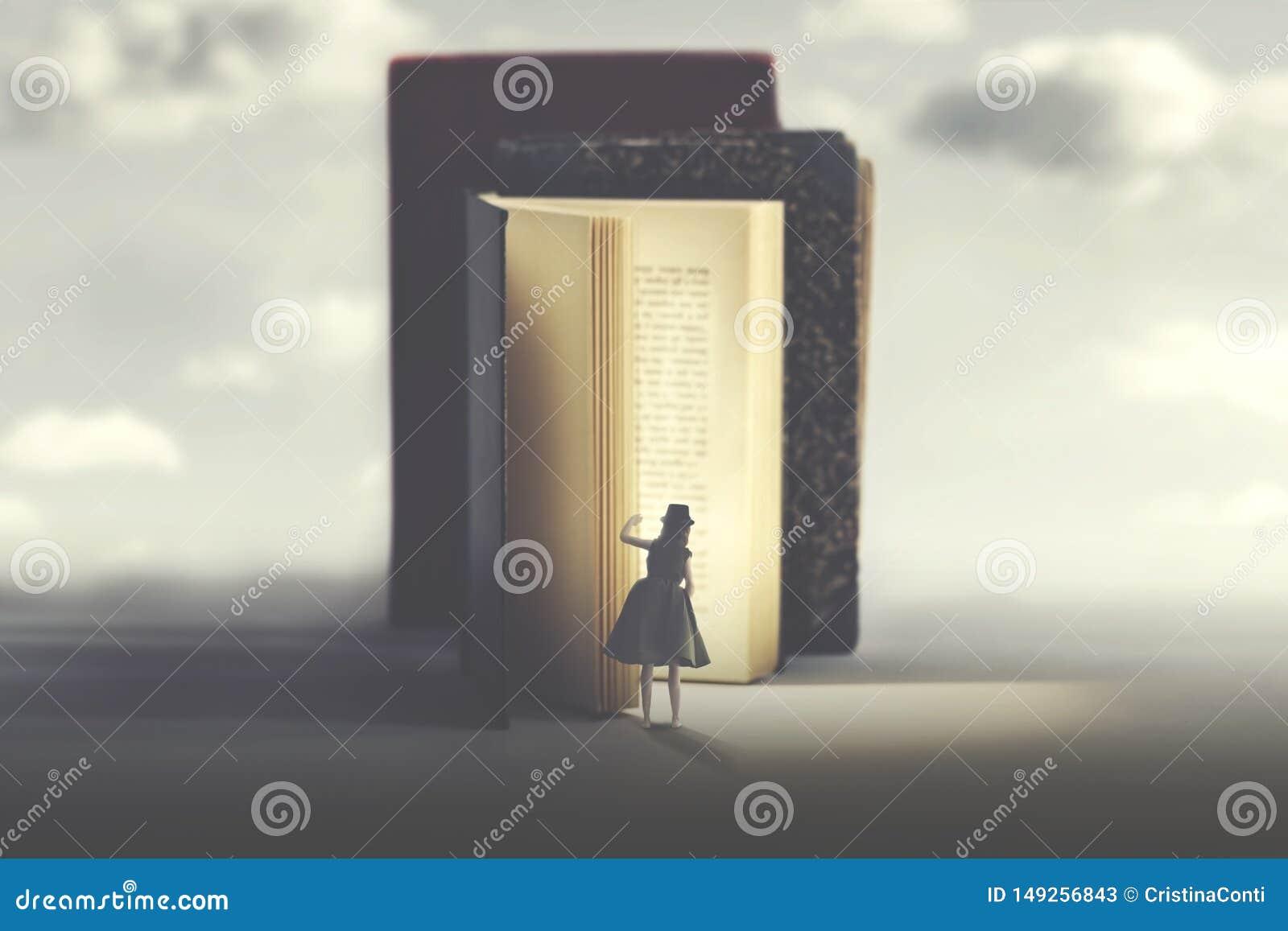 Neugierige Frau untersucht ein mysteriöses belichtetes Buch