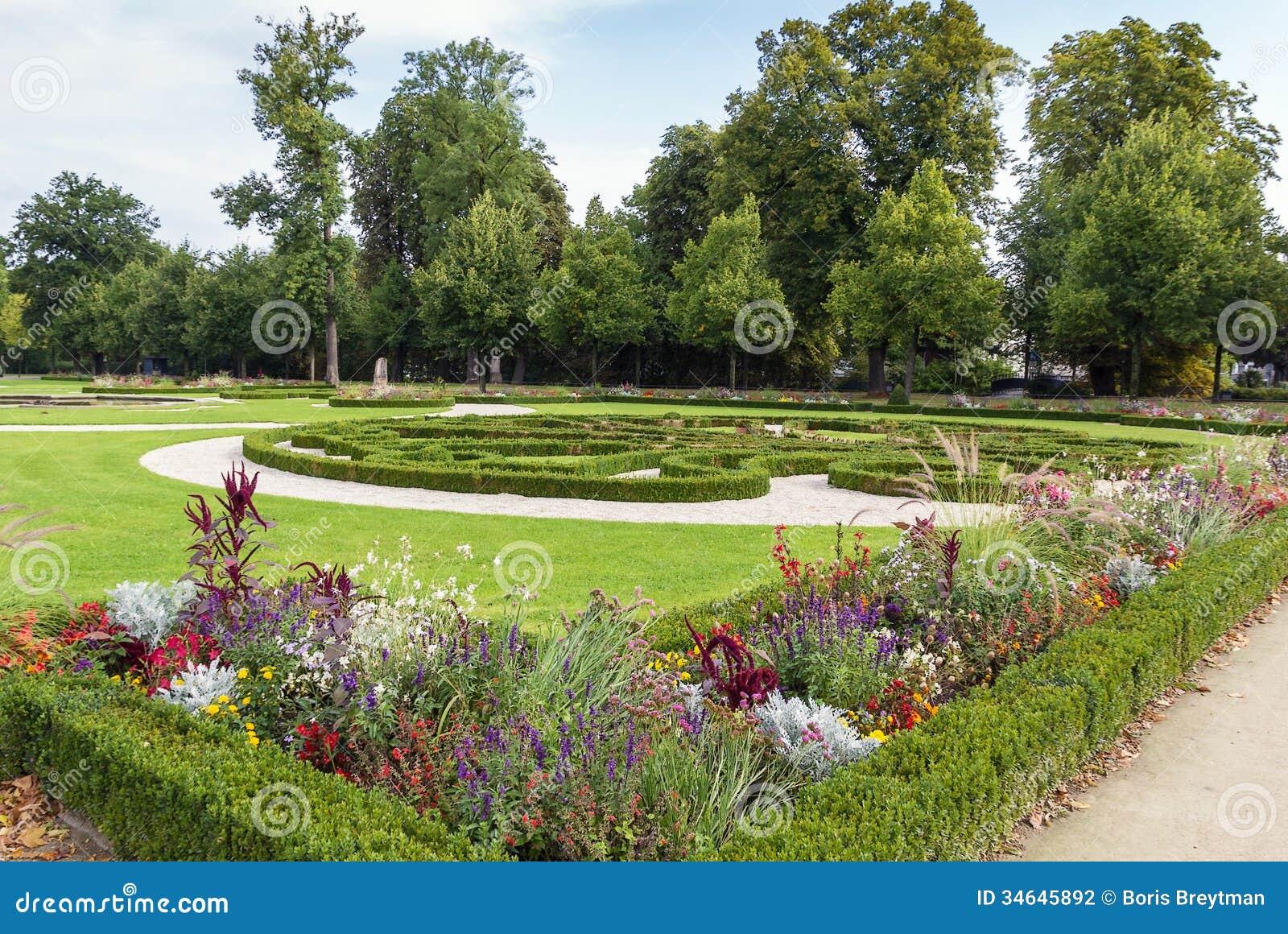 neuhaus kasztelu park w paderborn niemcy zdj cie stock obraz z o onej z drzewa ogr d 34645892. Black Bedroom Furniture Sets. Home Design Ideas