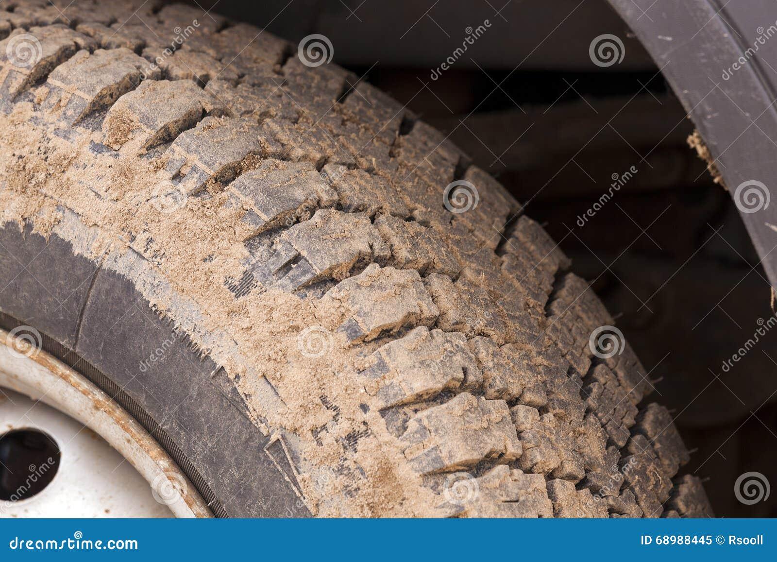 Neumático de coche sucio