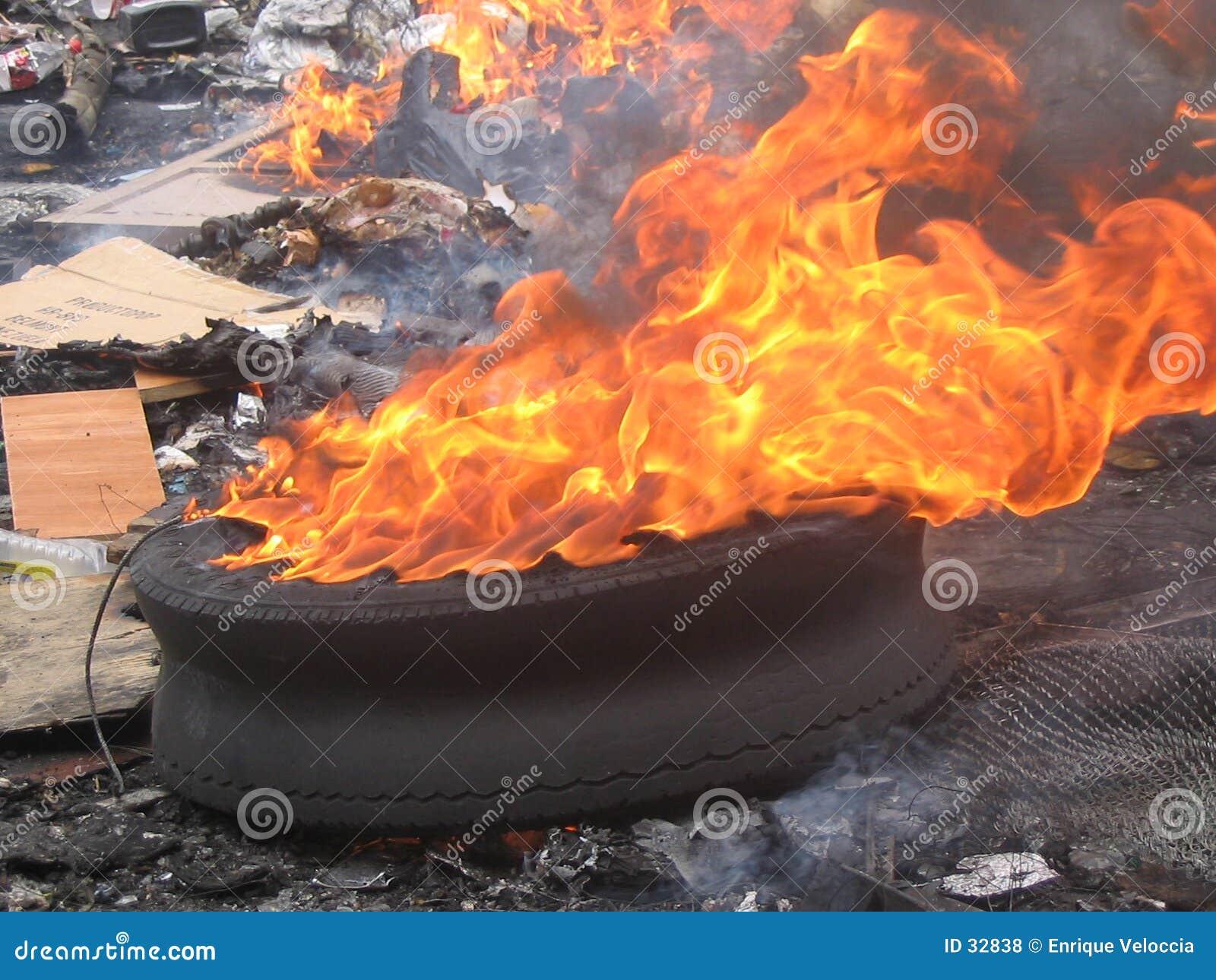 Neumático en fuego