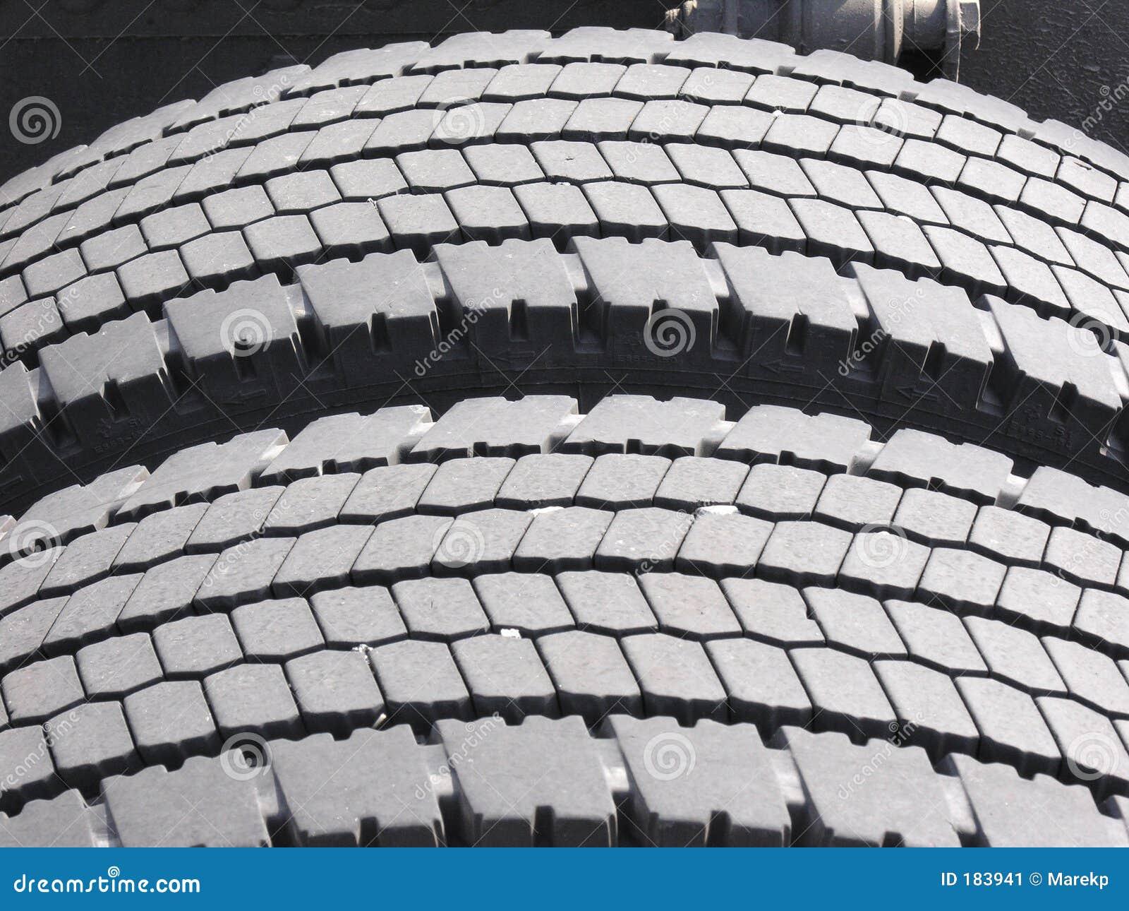 Neumáticos gastados del carro