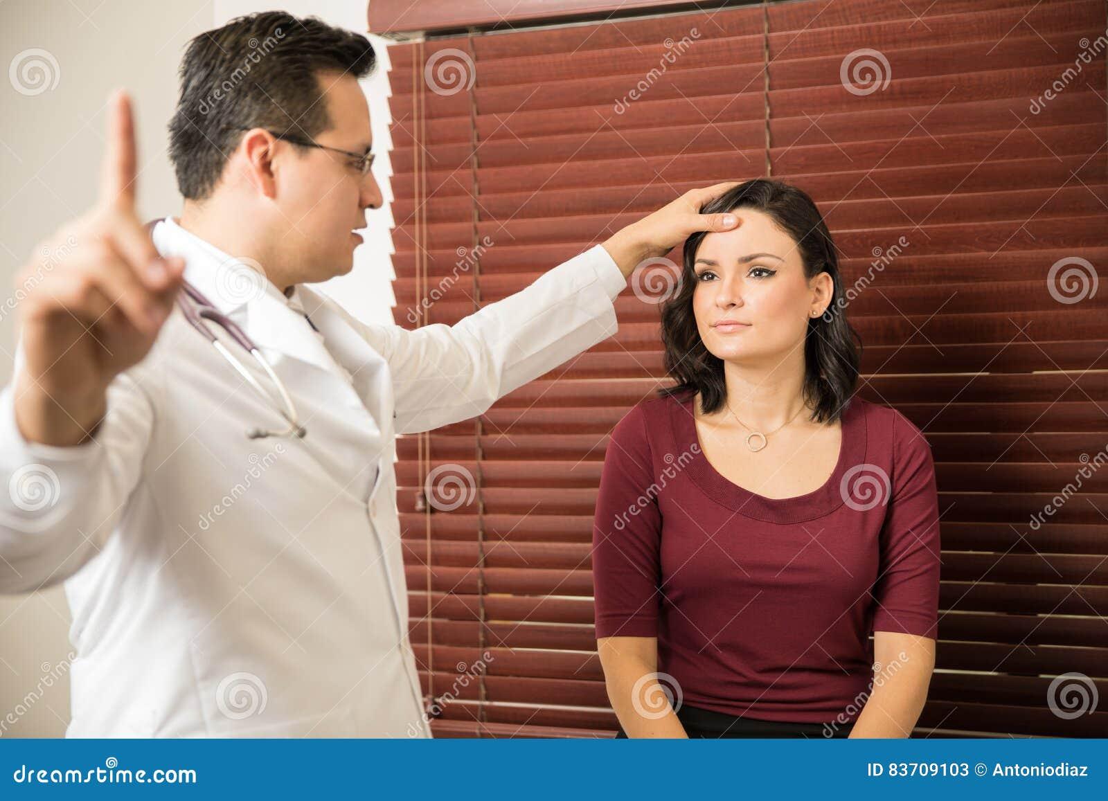 Neurologe, der weiblichen Patienten überprüft