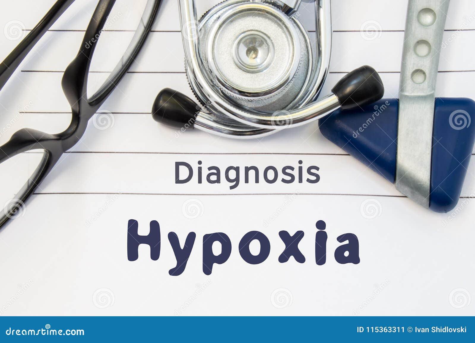 Neurological diagnos av Hypoxia Den Neurological hammaren, stetoskopet och doktorsexponeringsglas ligger på doktorsarbetsplats på
