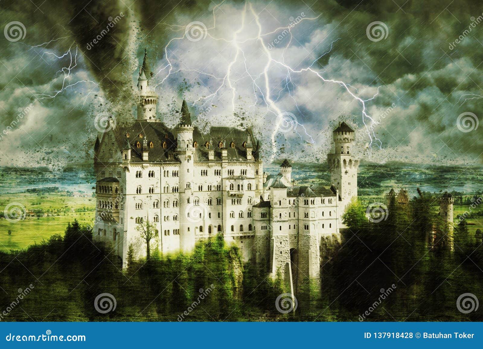 Neuschwanstein-Schloss während des schweren Sturms, des Regens und der Beleuchtung in Deutschland