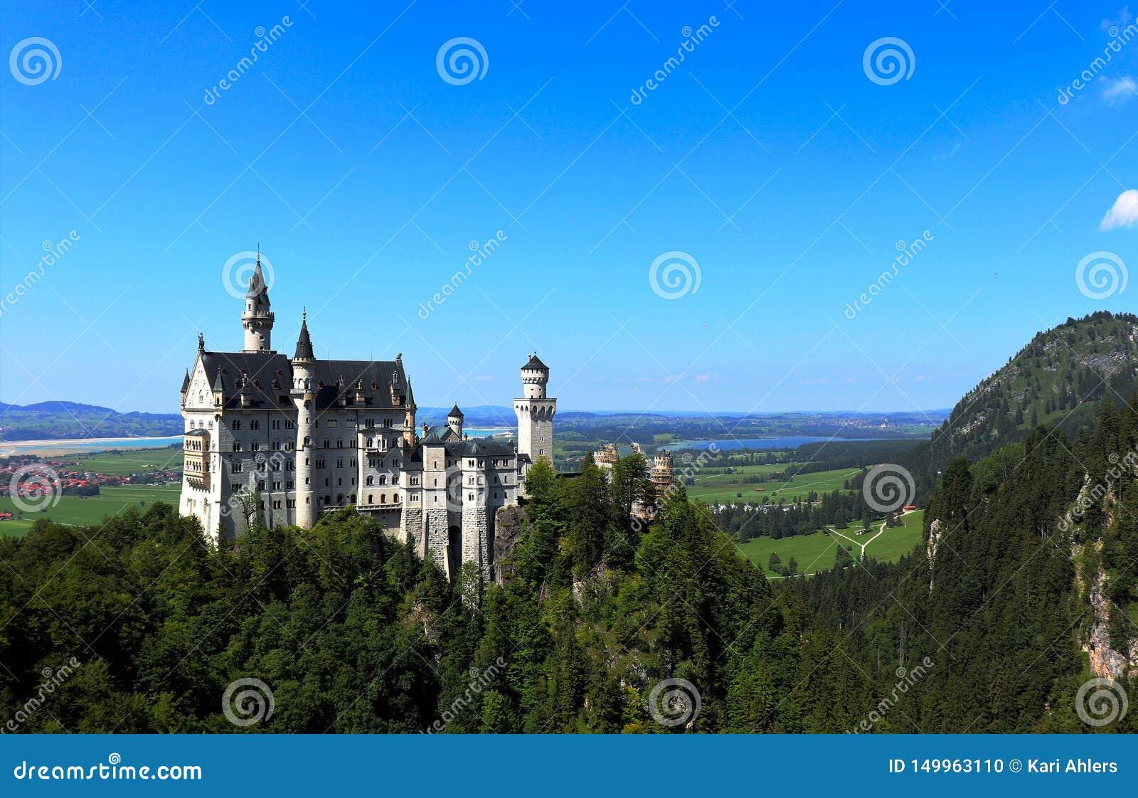 Neuschwanstein slott med berg och sjöar