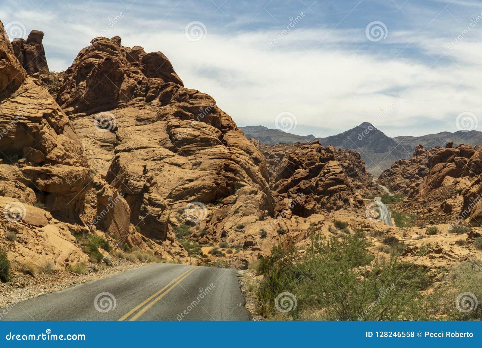 Nevada längs vägen till och med dalen av brand