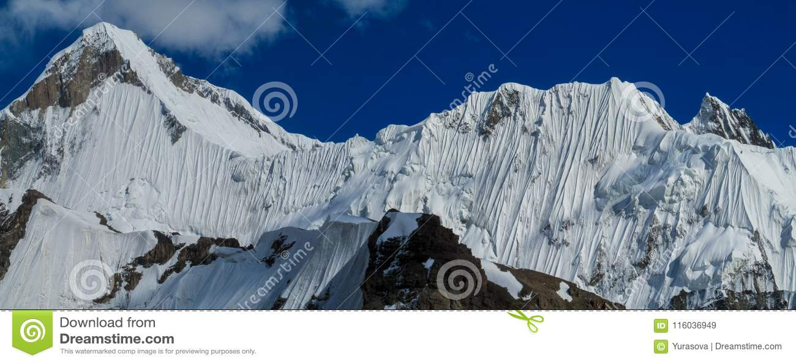 A neve da cordilheira repica acima da geleira coberta com a neve
