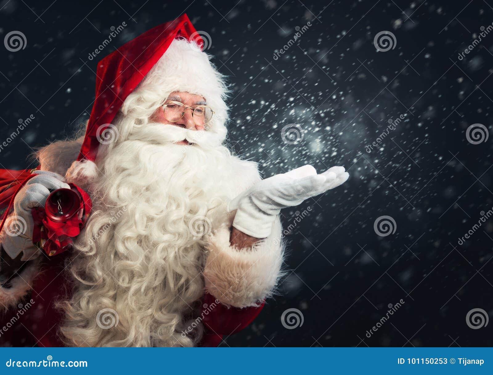 Neve de sopro de Santa Claus de suas mãos