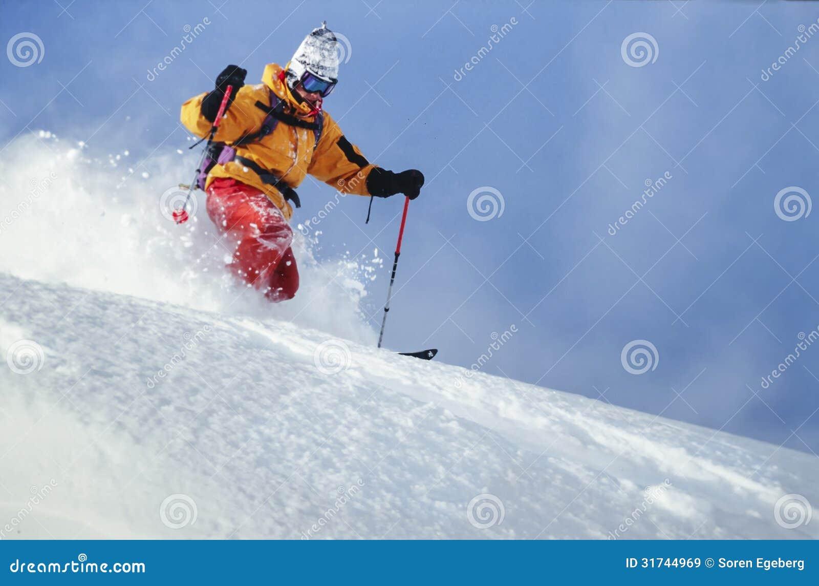 Neve della polvere di corsa con gli sci dell uomo in Austria
