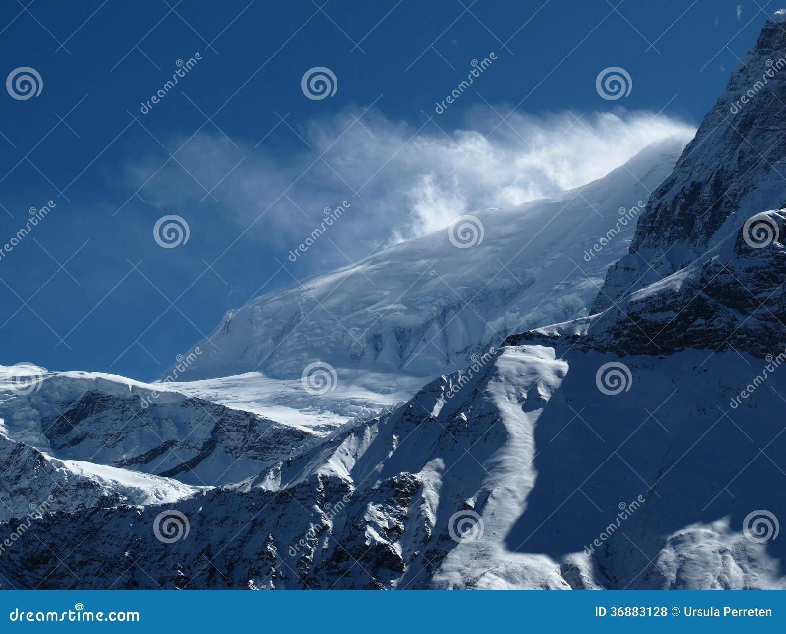 Download Neve Di Salto Del Forte Vento Sopra Una Cresta Di Annapurna Fotografia Stock - Immagine di aperto, viaggio: 36883128