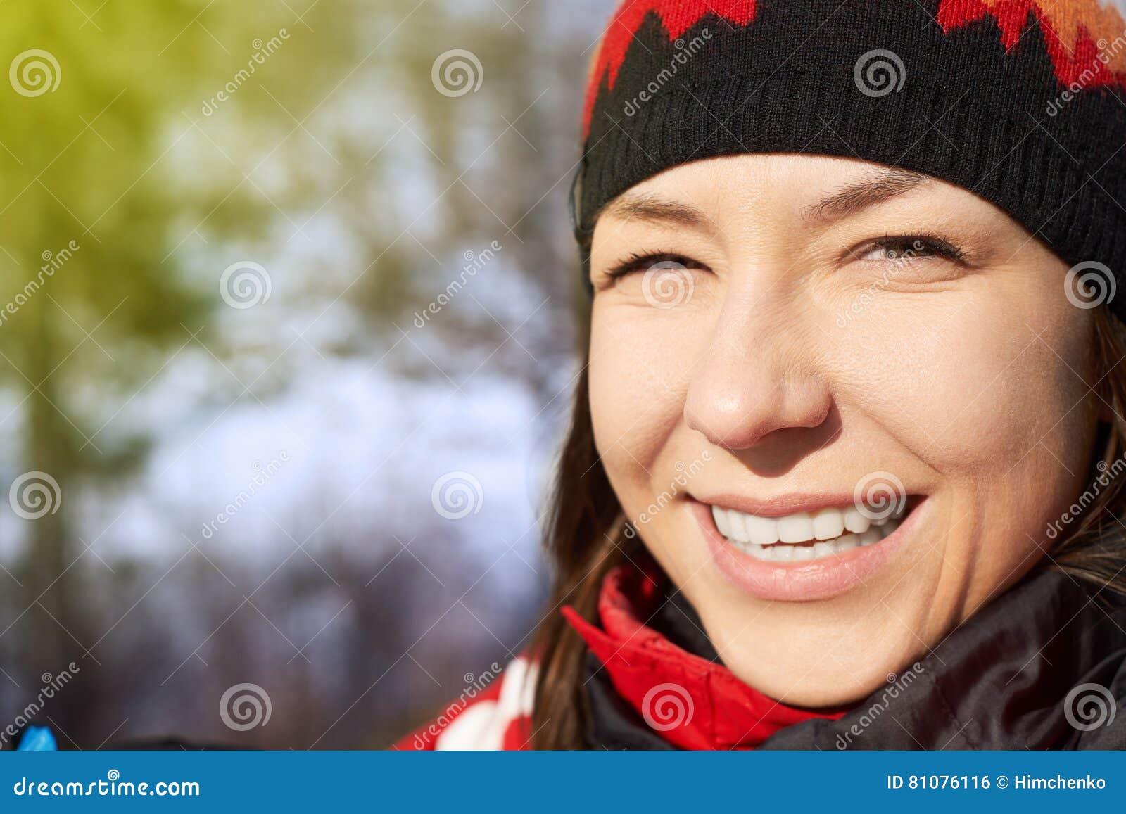 Neve di salto della ragazza di inverno di bellezza nel parco gelido di inverno