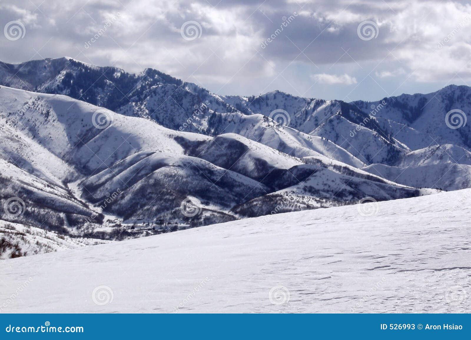 Neve e montanhas na elevação