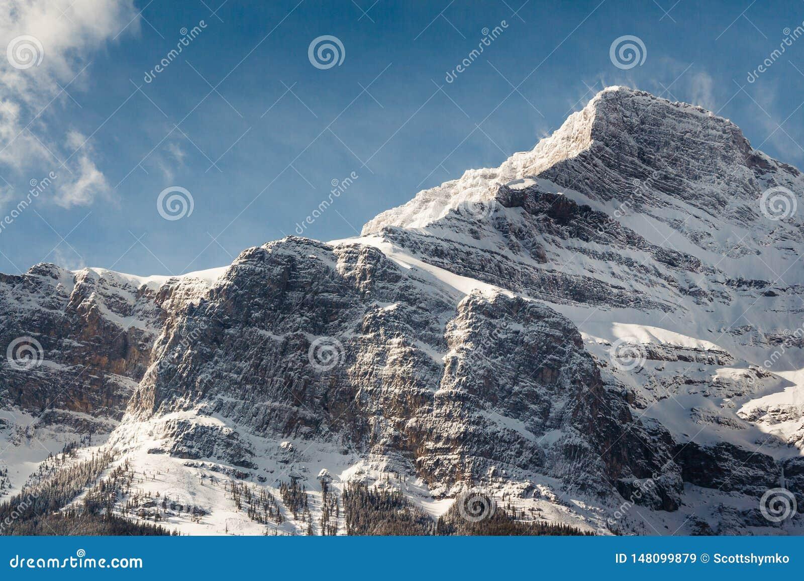 A neve espanou o cume no parque nacional de Banff, Canad?
