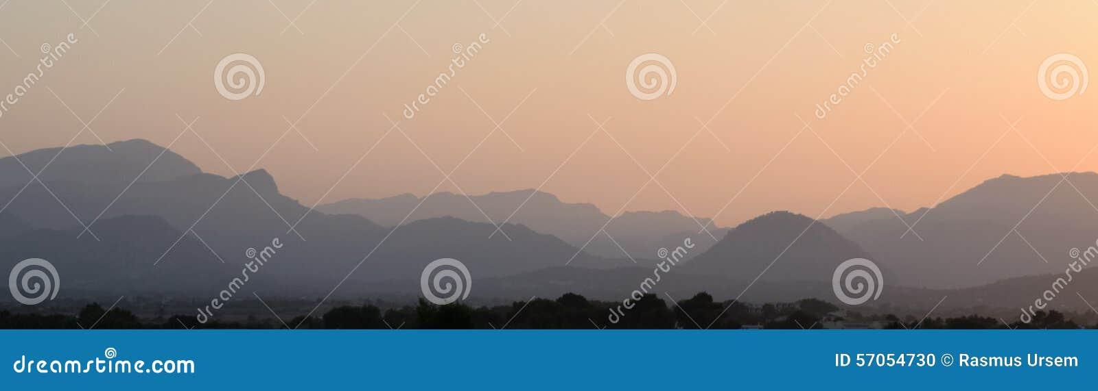 Nevelige bergen dichtbij Alcudia op Majorca