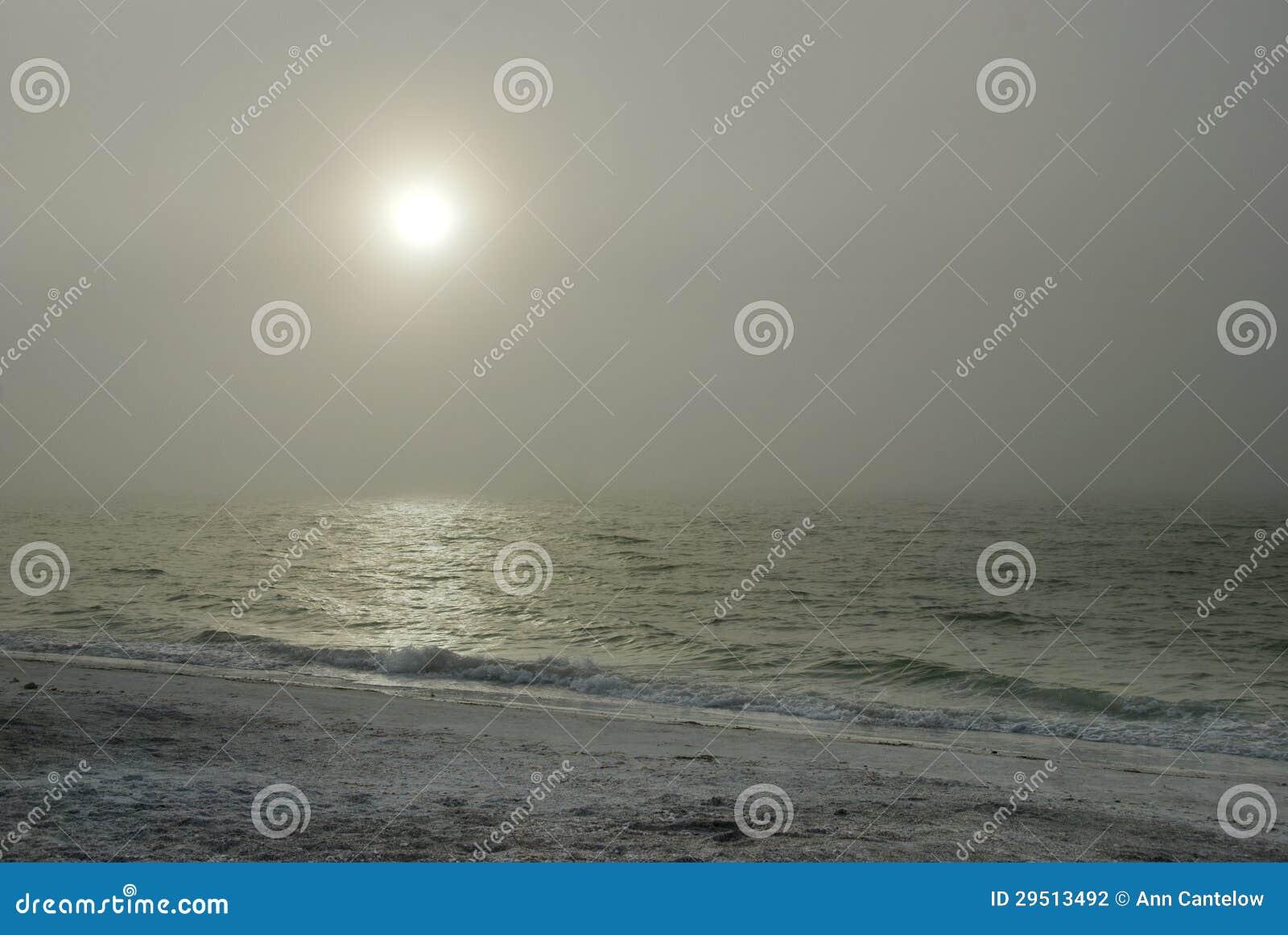 Nevelige Zon boven Oceaan