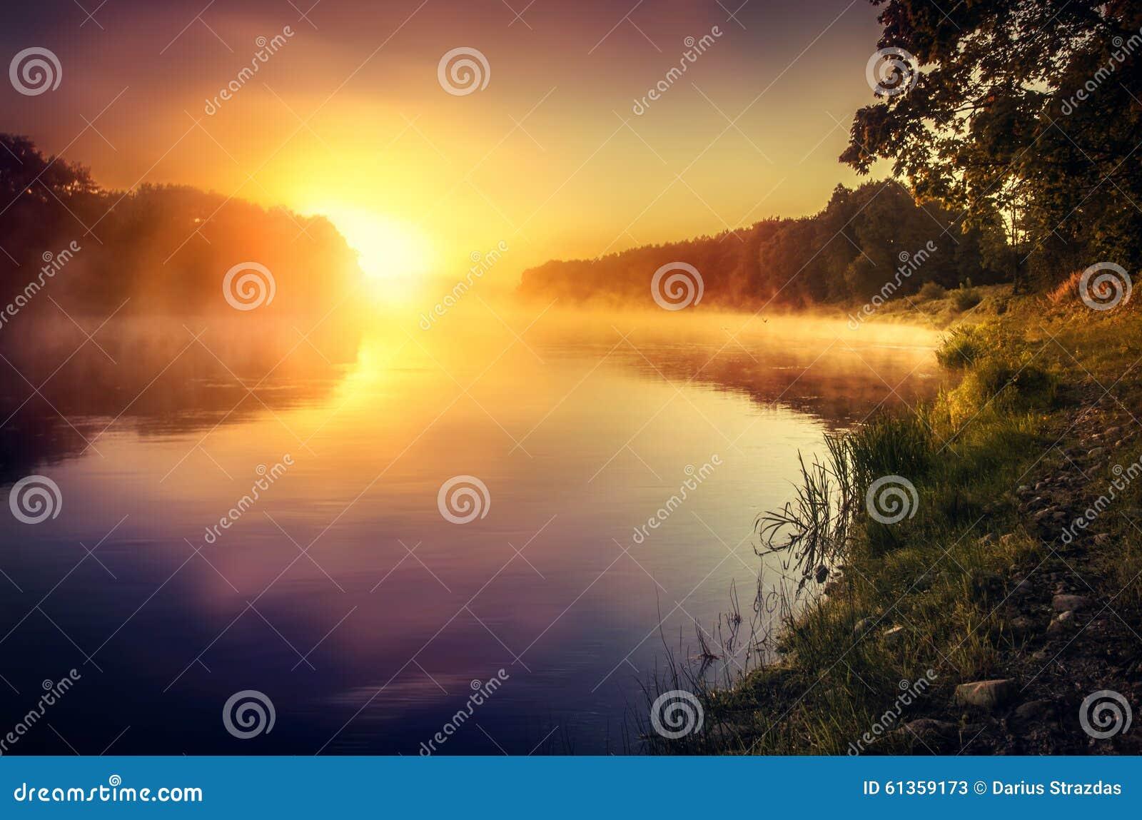 Nevelige zonsopgang over de rivier