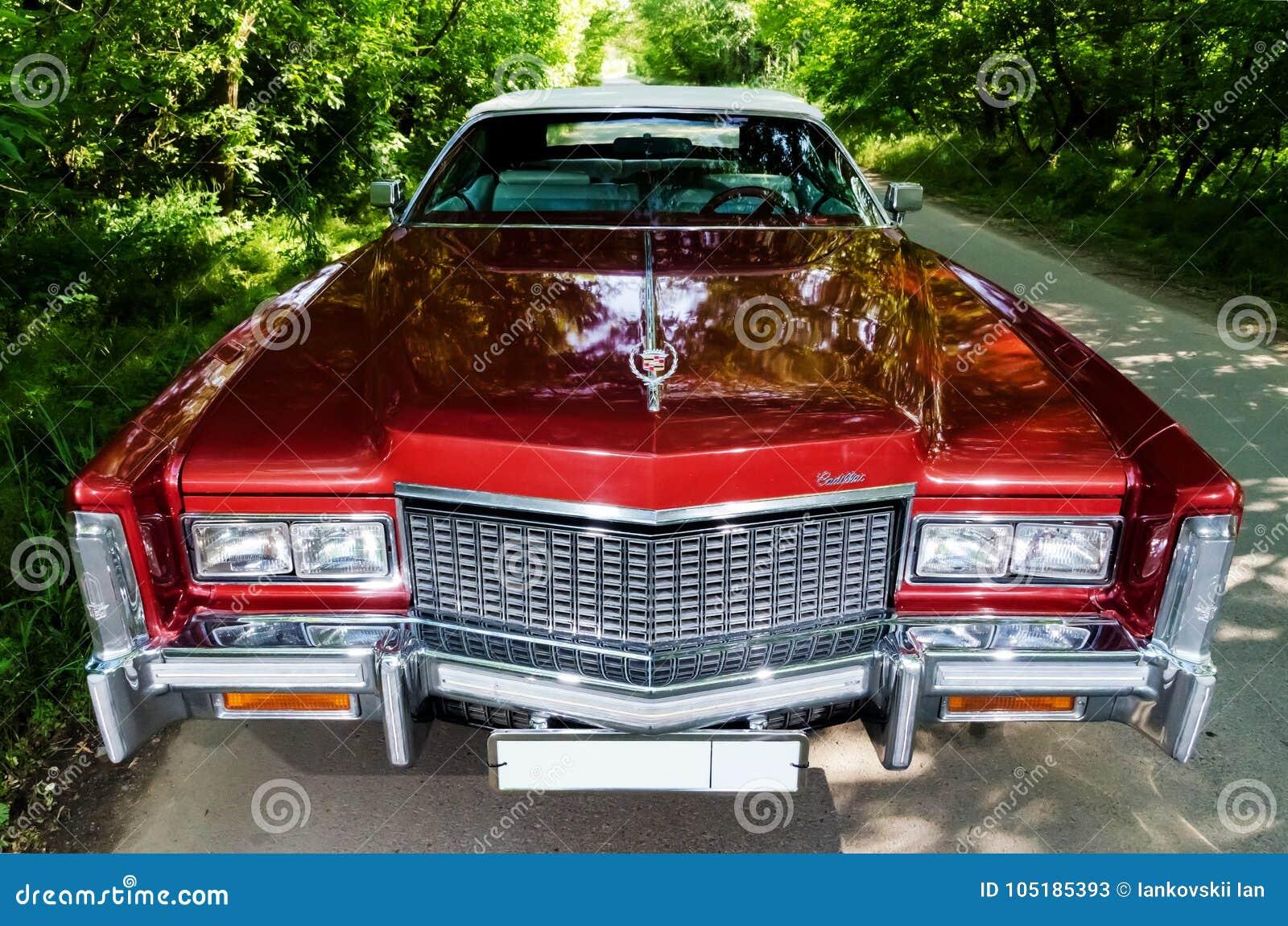 NEVINOMYSSC ROSJA, MAJ, - 13, 2016: Samochody Offsite fotografia starzy Amerykańscy samochody Cadillac Eldorado kabriolet