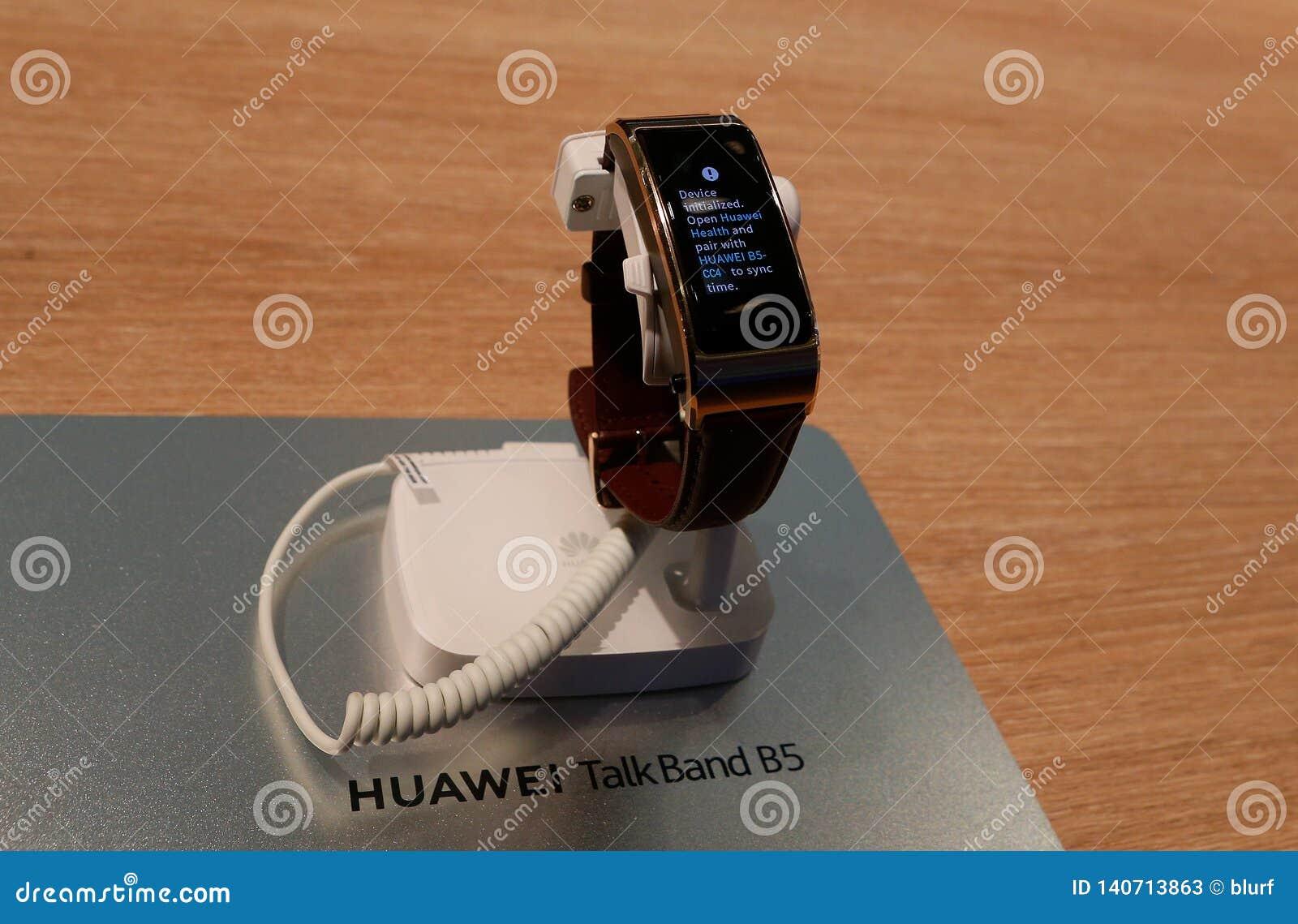Huawei Smartwatch TalkBand B5 Shown At Mobile World Congress