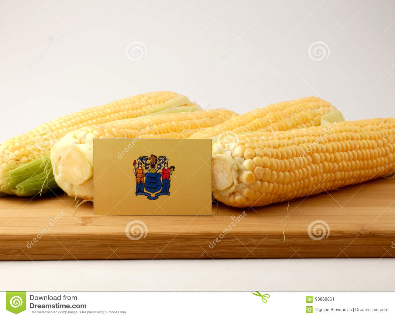 New-Jersey Flagge auf einer Holzverkleidung mit dem Mais lokalisiert auf einem Weiß