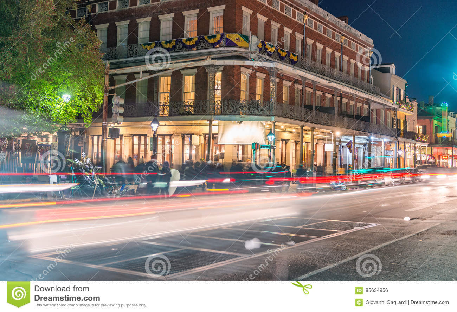 New Orleans gataljus på den Mardi Gras natten