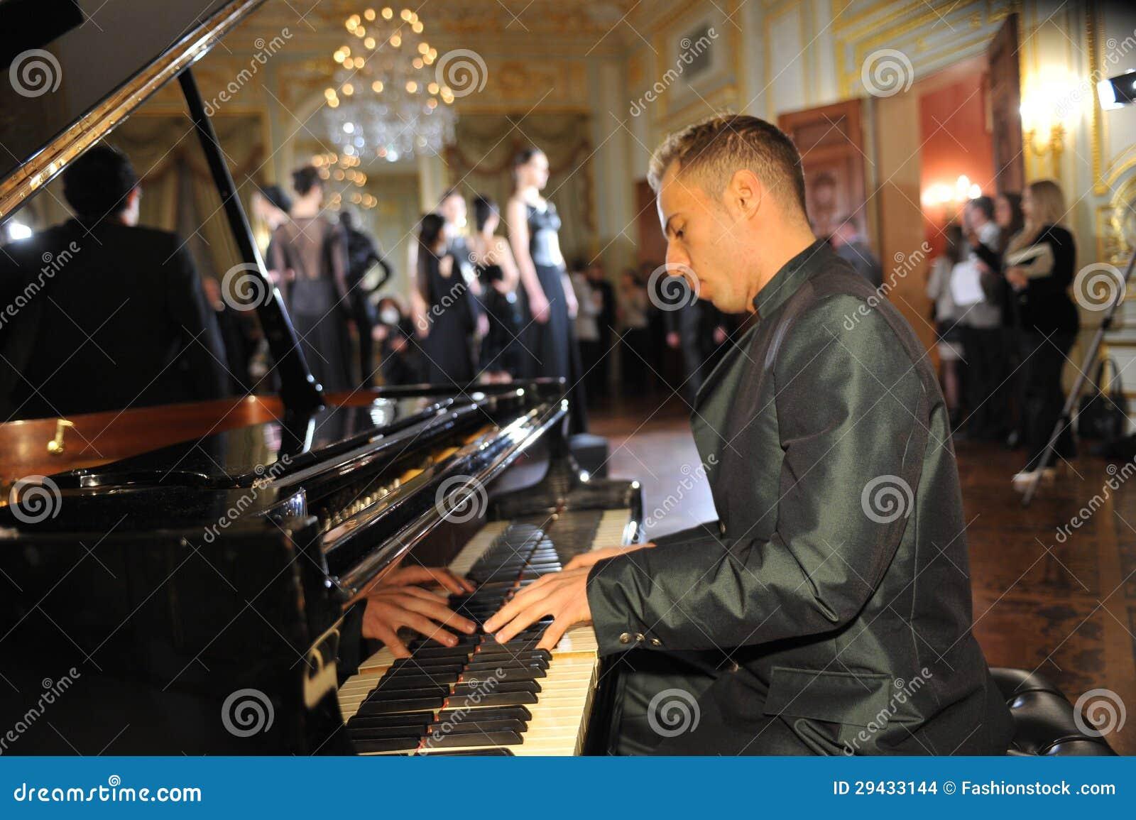 NEW YORK - 6. FEBRUAR: Pianist führen an der Klavier- und Baumusterhaltung an der statischen Darstellung für russische Modeindustr