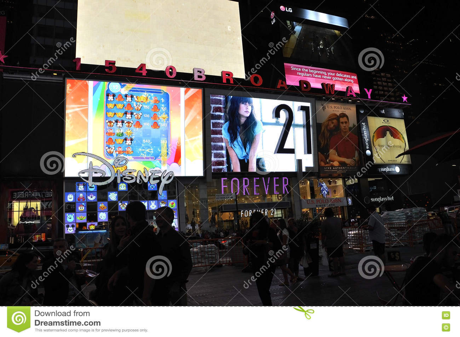 New York City Augusti 3.: Times Square som annonserar vid natt i Manhattan i New York City