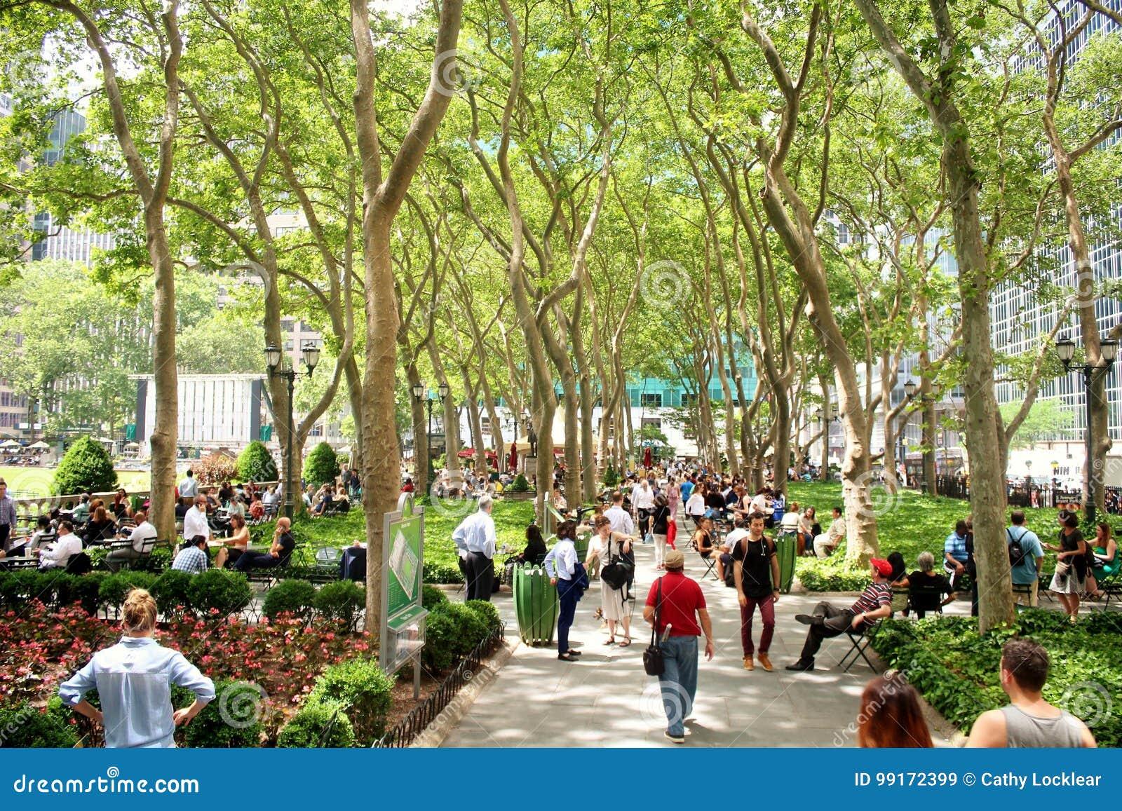 New York City Bryant Park - 19 juin 2017 - les gens marchant et détendant en Bryant Park