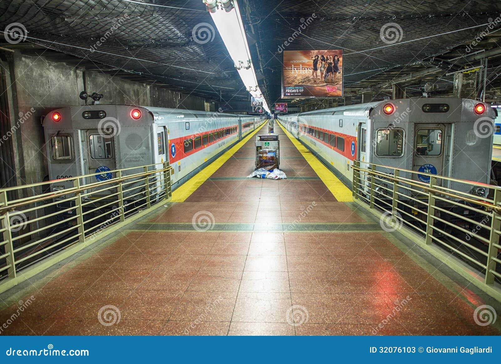NEW YORK CITY - 10 DE JUNHO: A estação de Grand Central segue o 10 de junho,