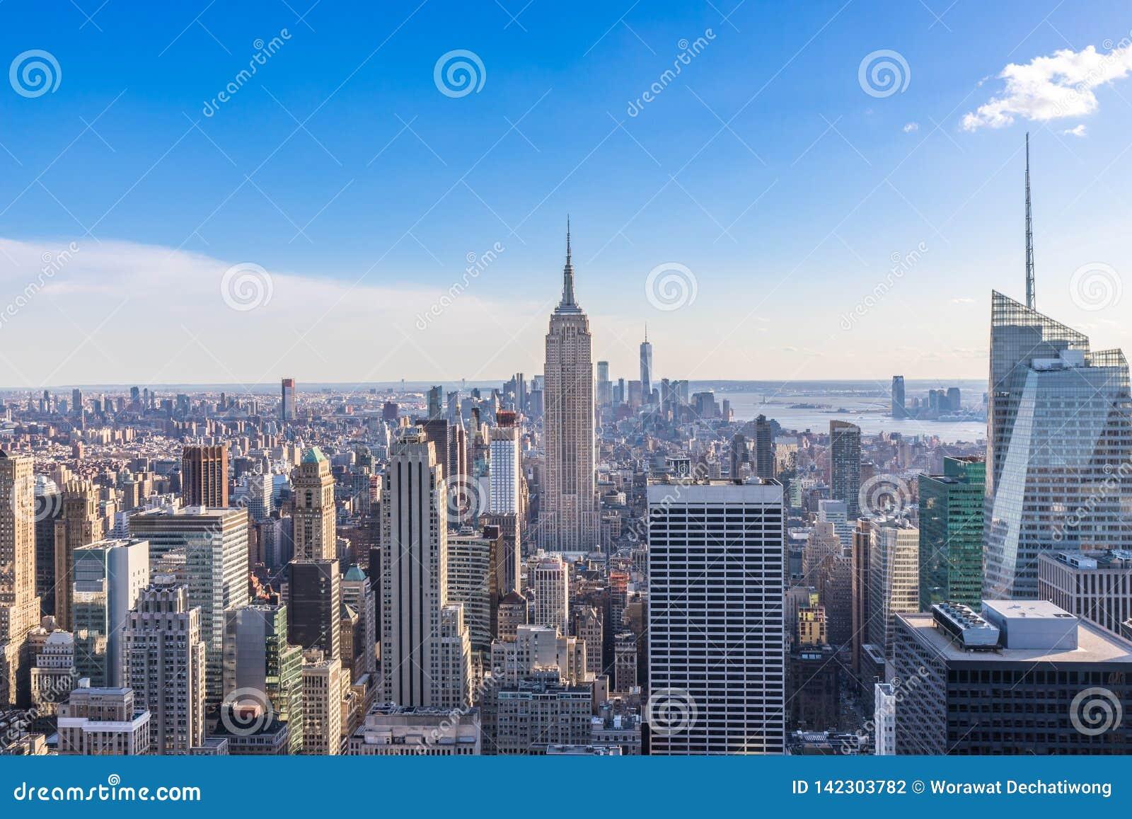 New York City horisont i det Manhattan centret med Empire State Building och skyskrapor på solig dag med klar blå himmel USA