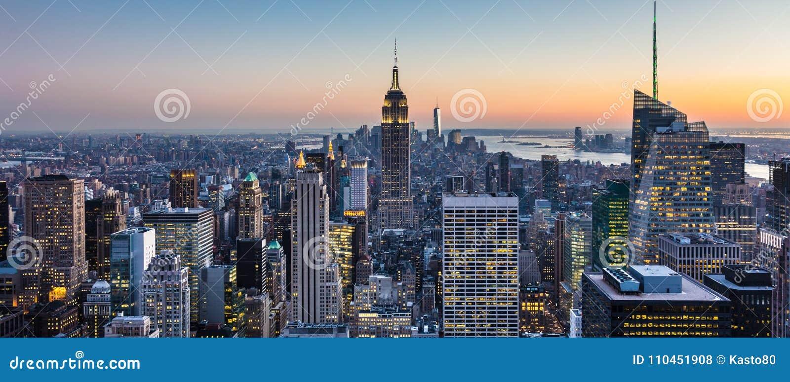 New York City horisont med stads- skyskrapor på skymning, USA