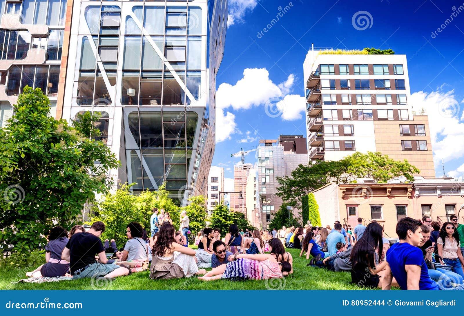 NEW YORK CITY - JUNI 15, 2013: Den höga linjen parkerar i NYC Det höga let