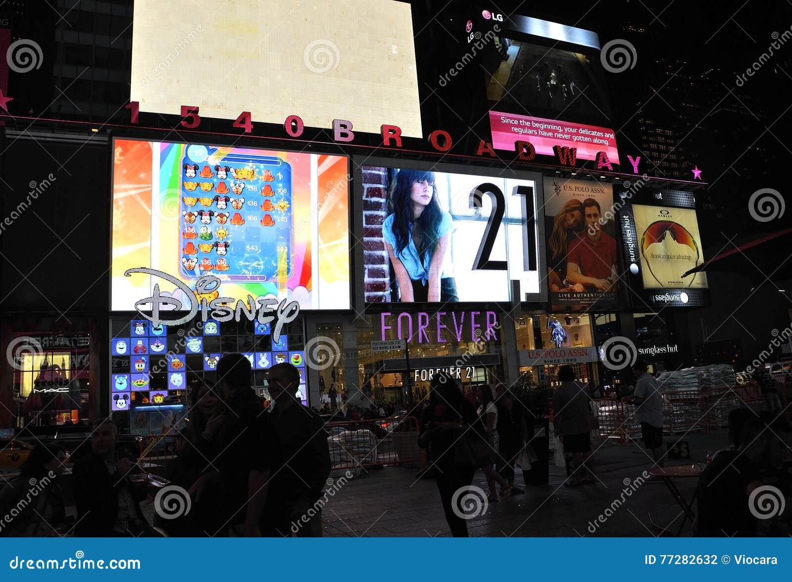 New York City, le 3 août : Times Square faisant de la publicité par nuit à Manhattan à New York City