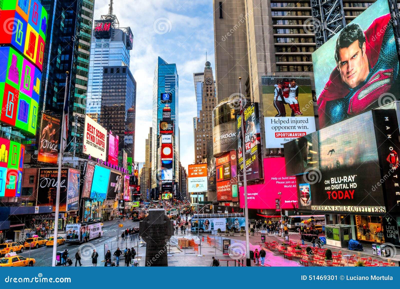 NEW YORK CITY - 25. MÄRZ: Times Square, gekennzeichnet mit Broadway-Th