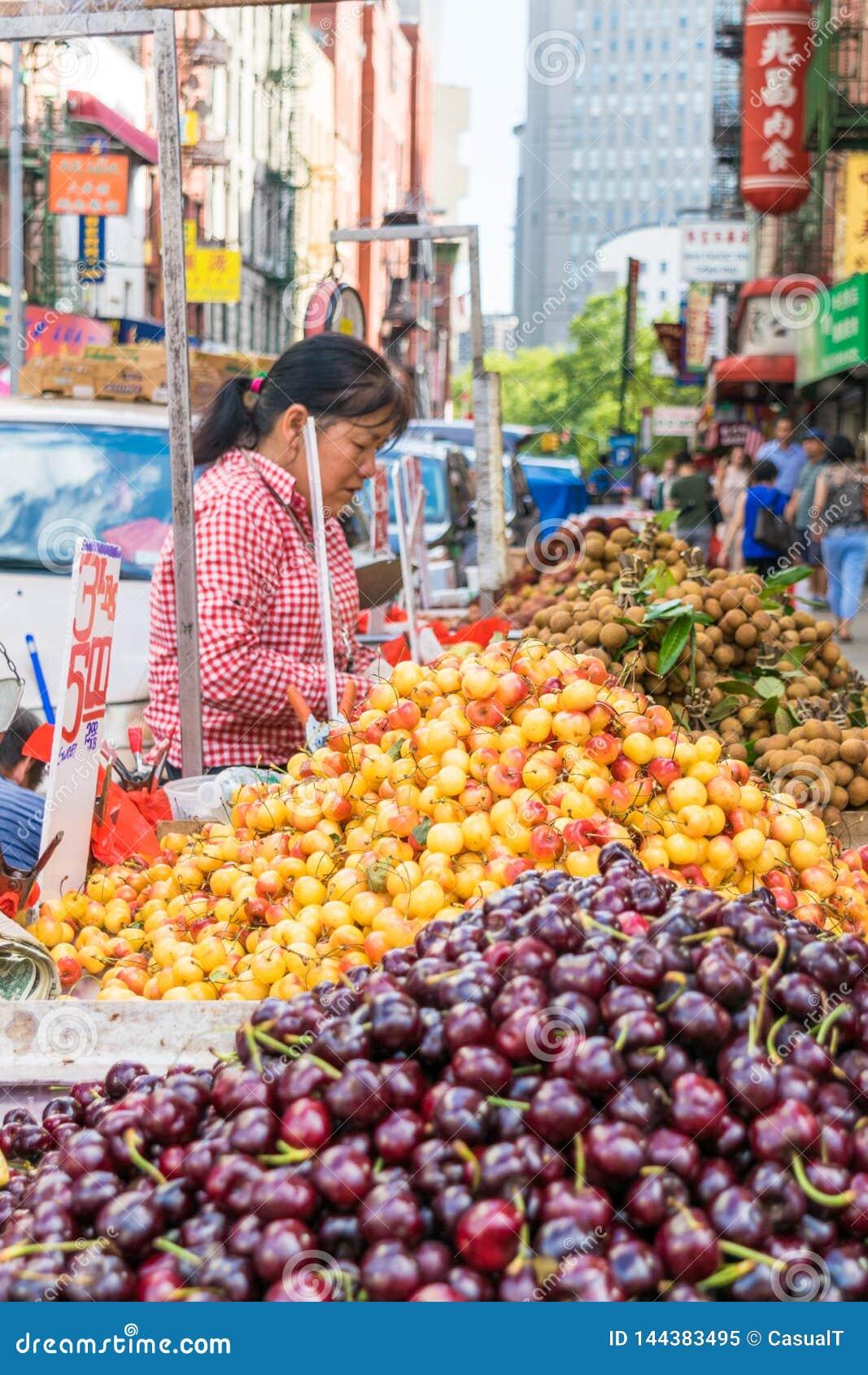 New York City, NY/EUA - 08/01/2018: Vendedores ambulantes que vendem o fruto na área do bairro chinês de New York City, Manhattan