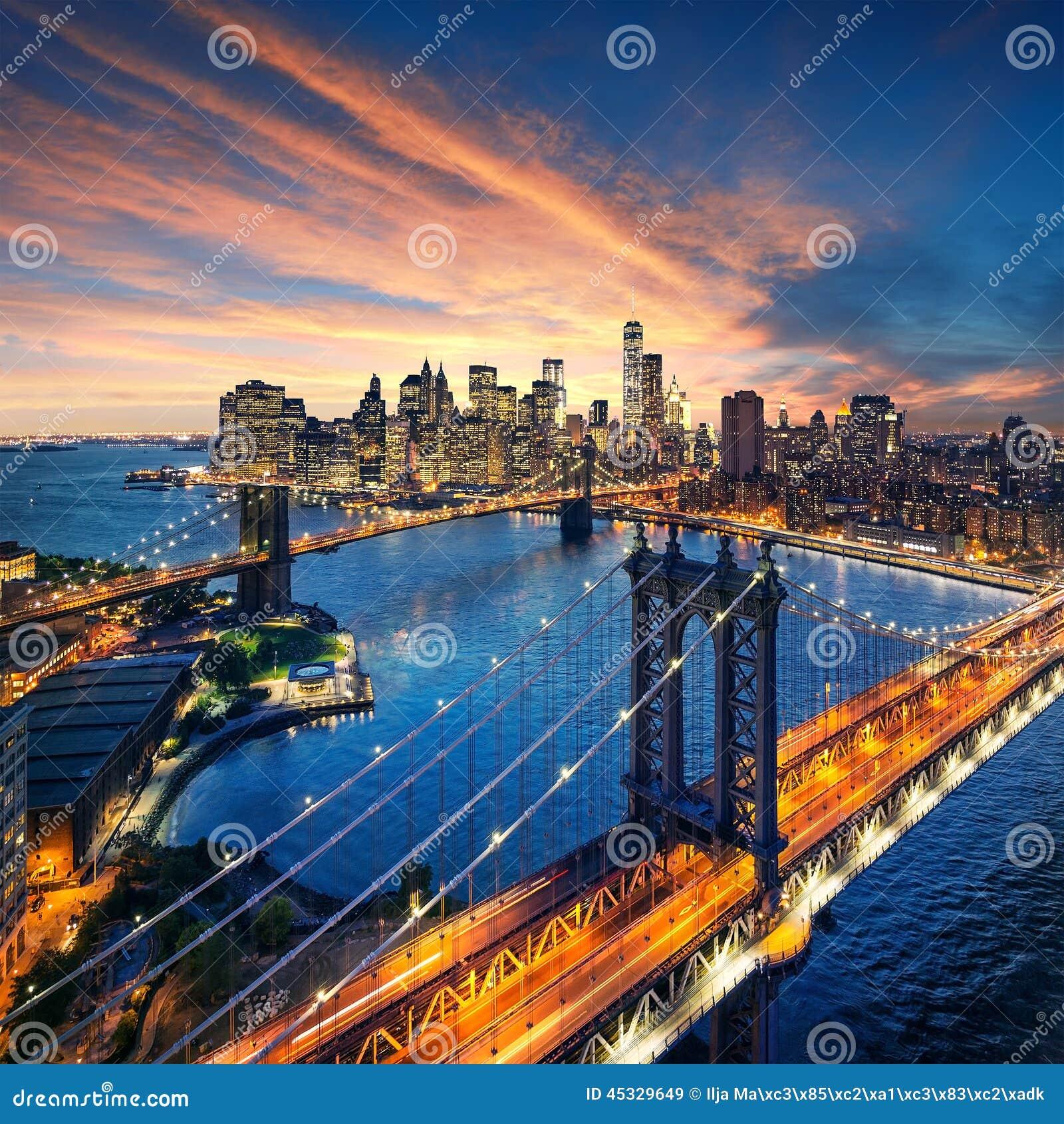 New York City - puesta del sol hermosa sobre Manhattan con el puente de Manhattan y de Brooklyn