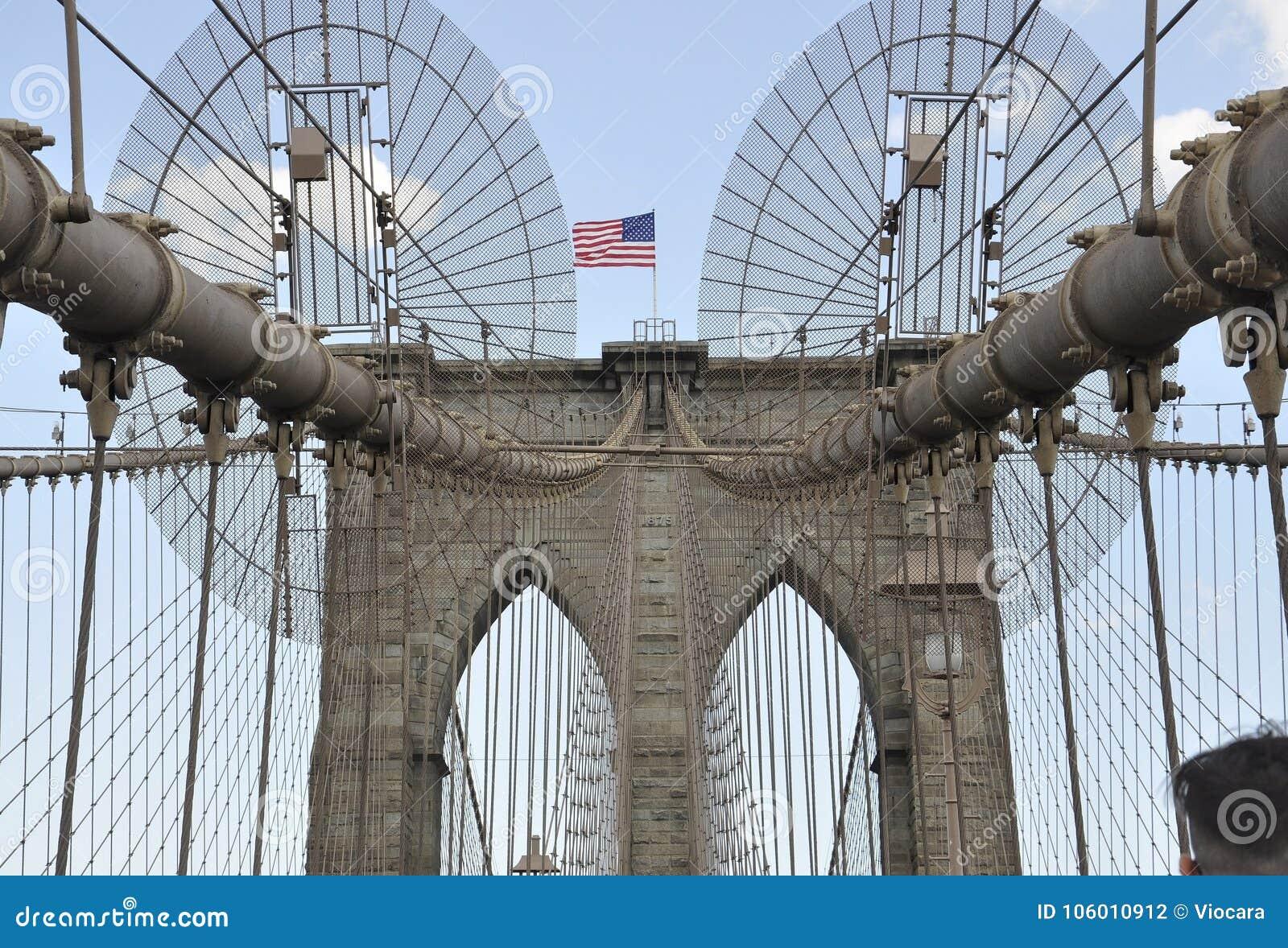 New York City 3rd Juli: Detaljer för Brooklyn bro över East River av Manhattan från New York City i Förenta staterna