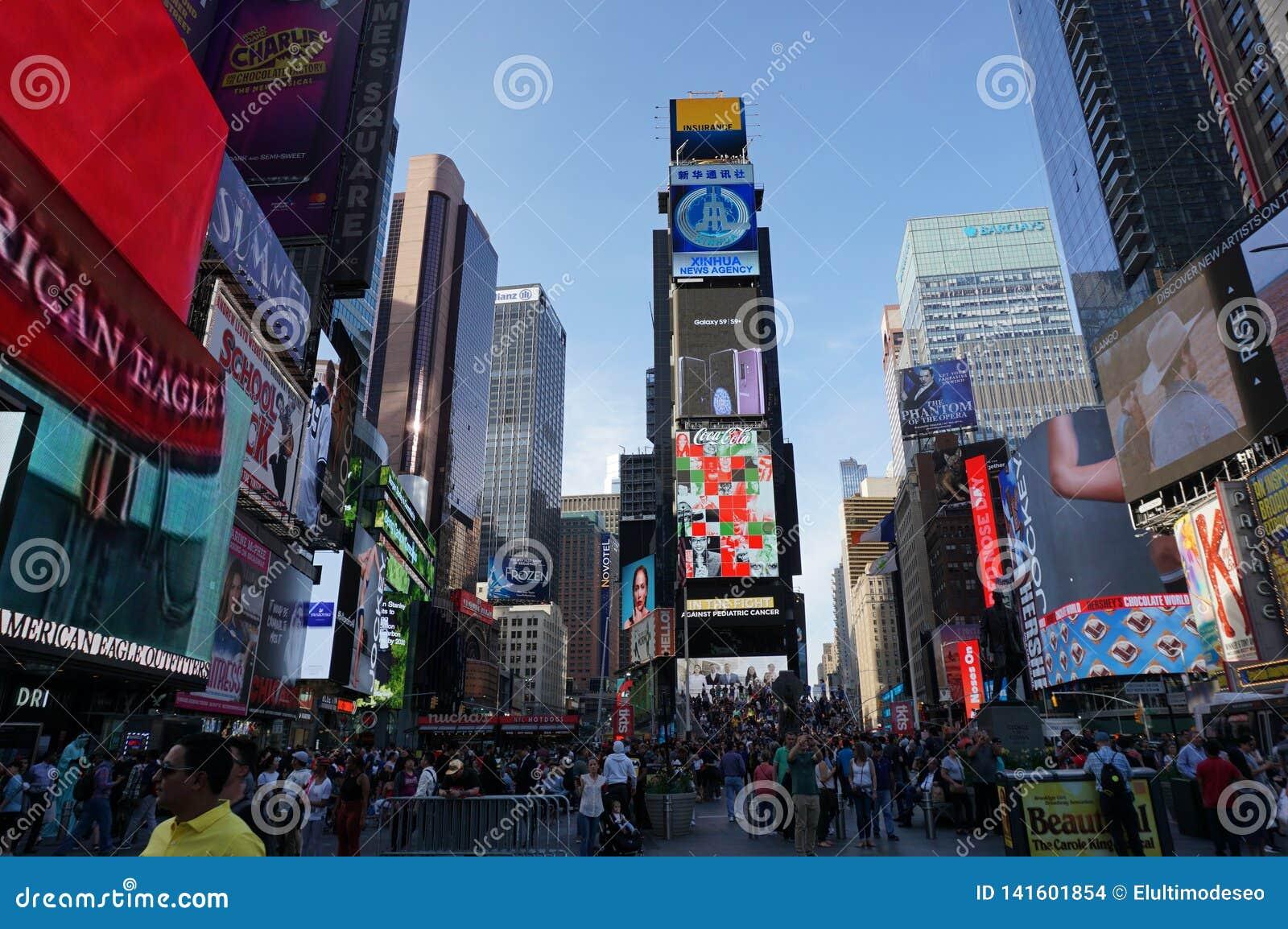 NEW YORK CITY: Times Square, gekennzeichnet mit Broadway-Th