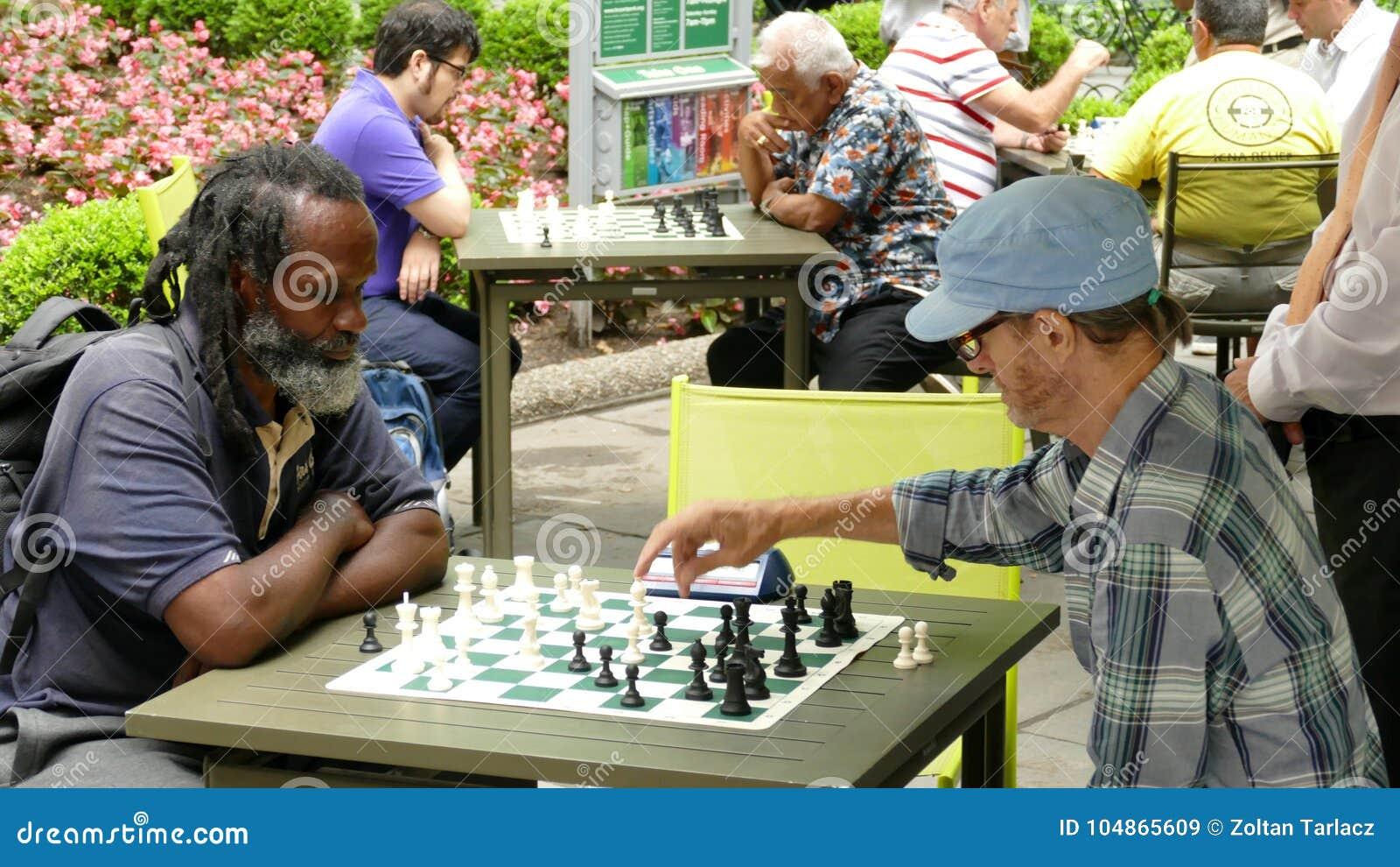 New York City, USA - jouer 28 juin 2016 des échecs est très populaire en Bryant Park à New York City