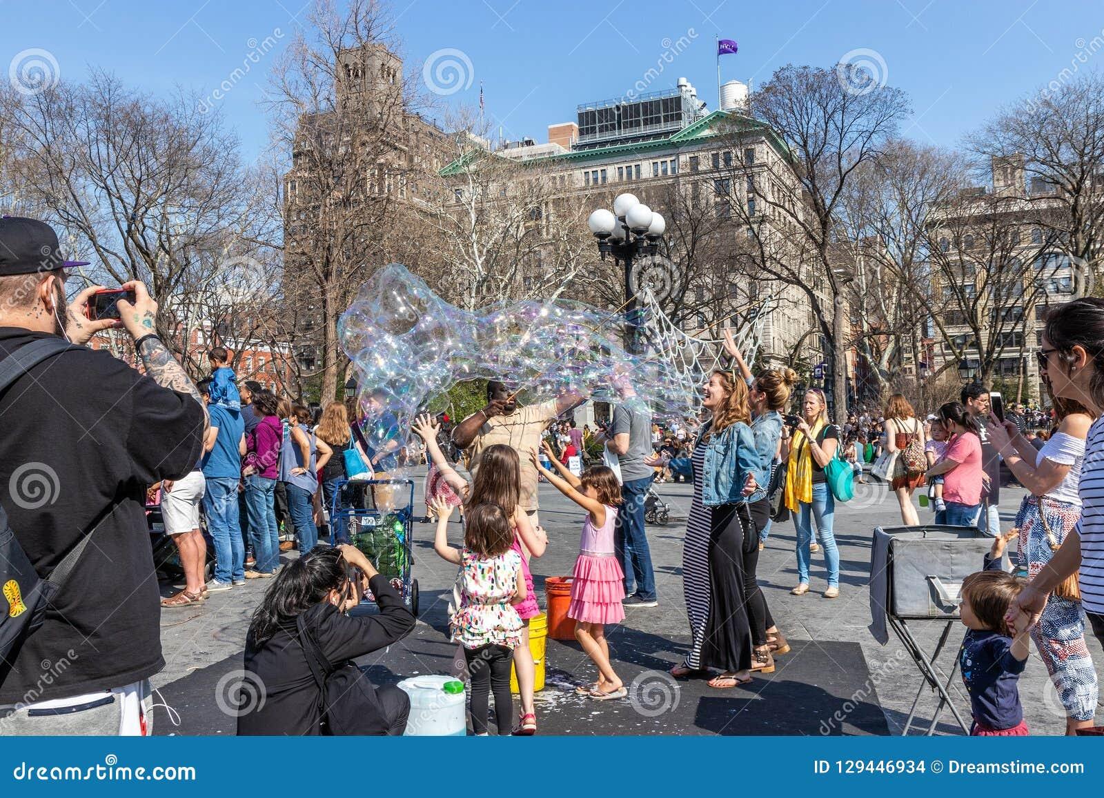 NEW YORK, DE V.S. - 14 APRIL, 2018: Newyorkers en toeristen in het Park, het Westendorp, New York