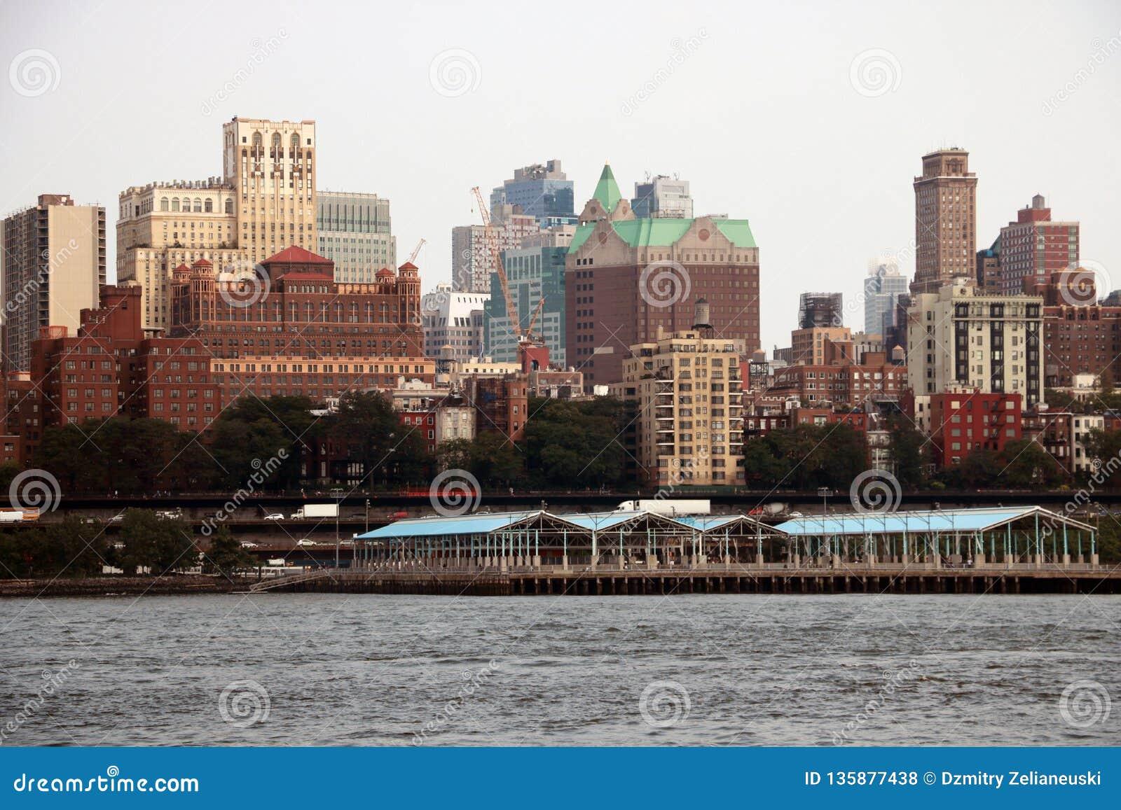 New York, de V.S. - 2 September, 2018: Bewolkte dag in New York Mening van de horizon van Manhattan in NYC