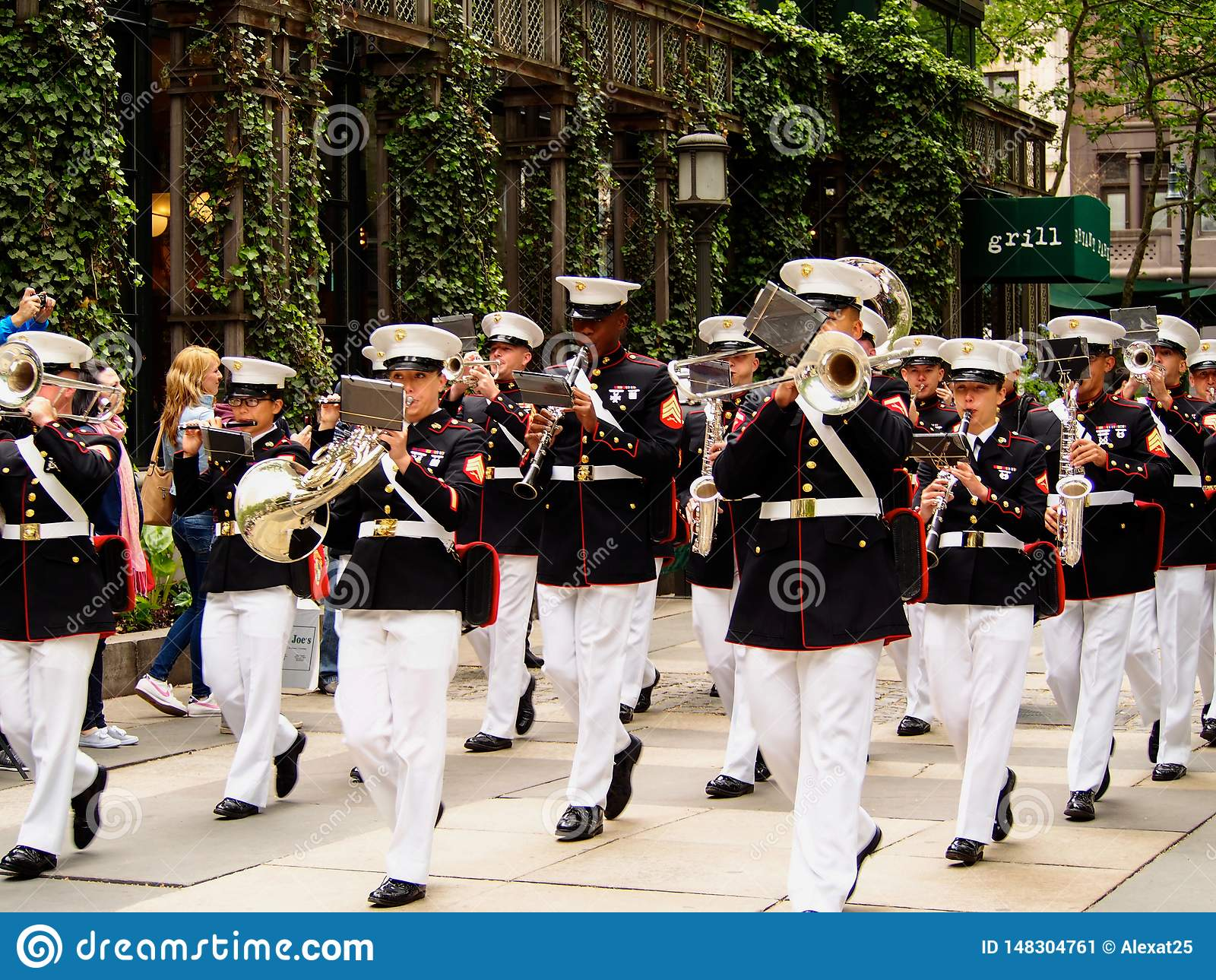 New York - Estados Unidos, faixa do corpo de fuzileiros navais dos E.U. durante a demonstração para o público em Bryant Park para