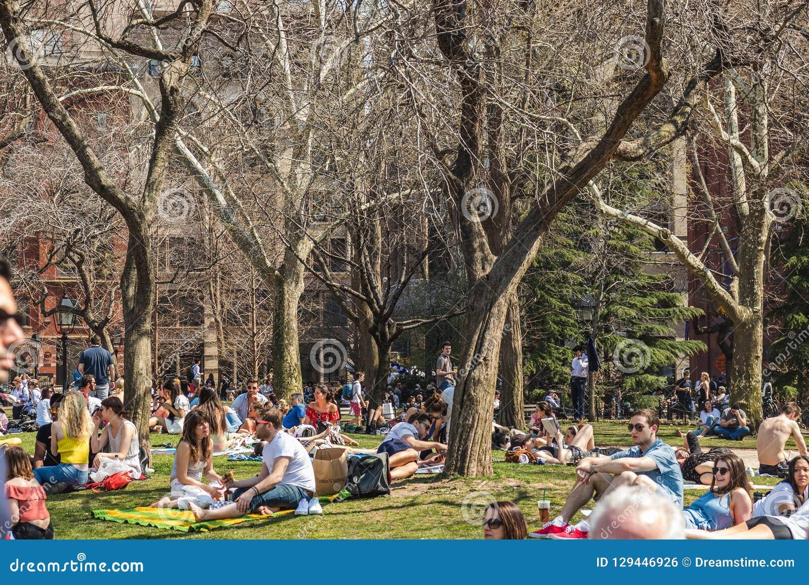 NEW YORK, ETATS-UNIS - 14 AVRIL 2018 : Apprécier de personnes d un jour ensoleillé d été en parc, village occidental, New York