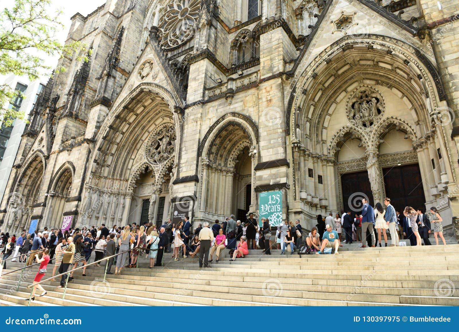 New York, Etats-Unis - 25 mai 2018 : Les gens près de l église o de cathédrale