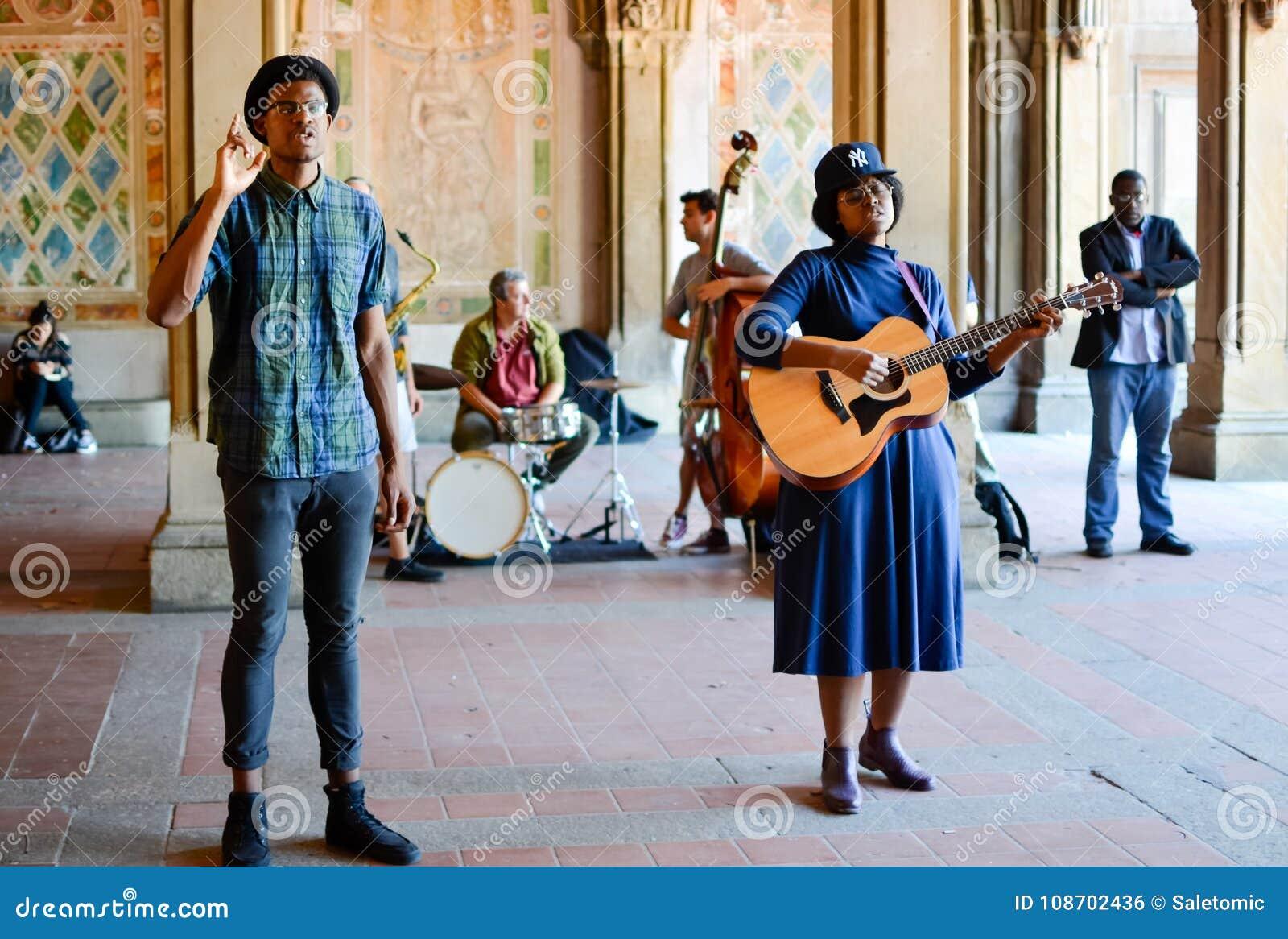 NEW YORK, ETATS-UNIS - 15 SEPTEMBRE 2015 : Entertaini d interprètes de rue