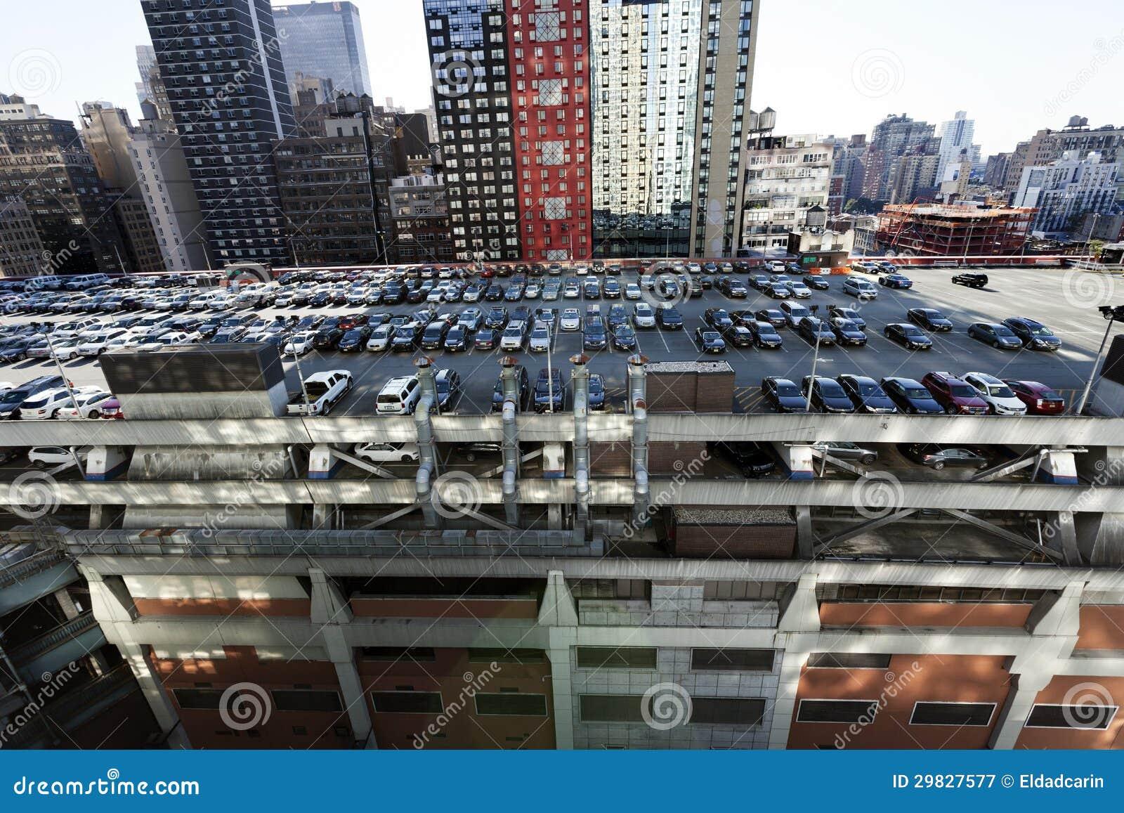 Estacionamento terminal do telhado da autoridade portuária e arranha-céus Manhatta