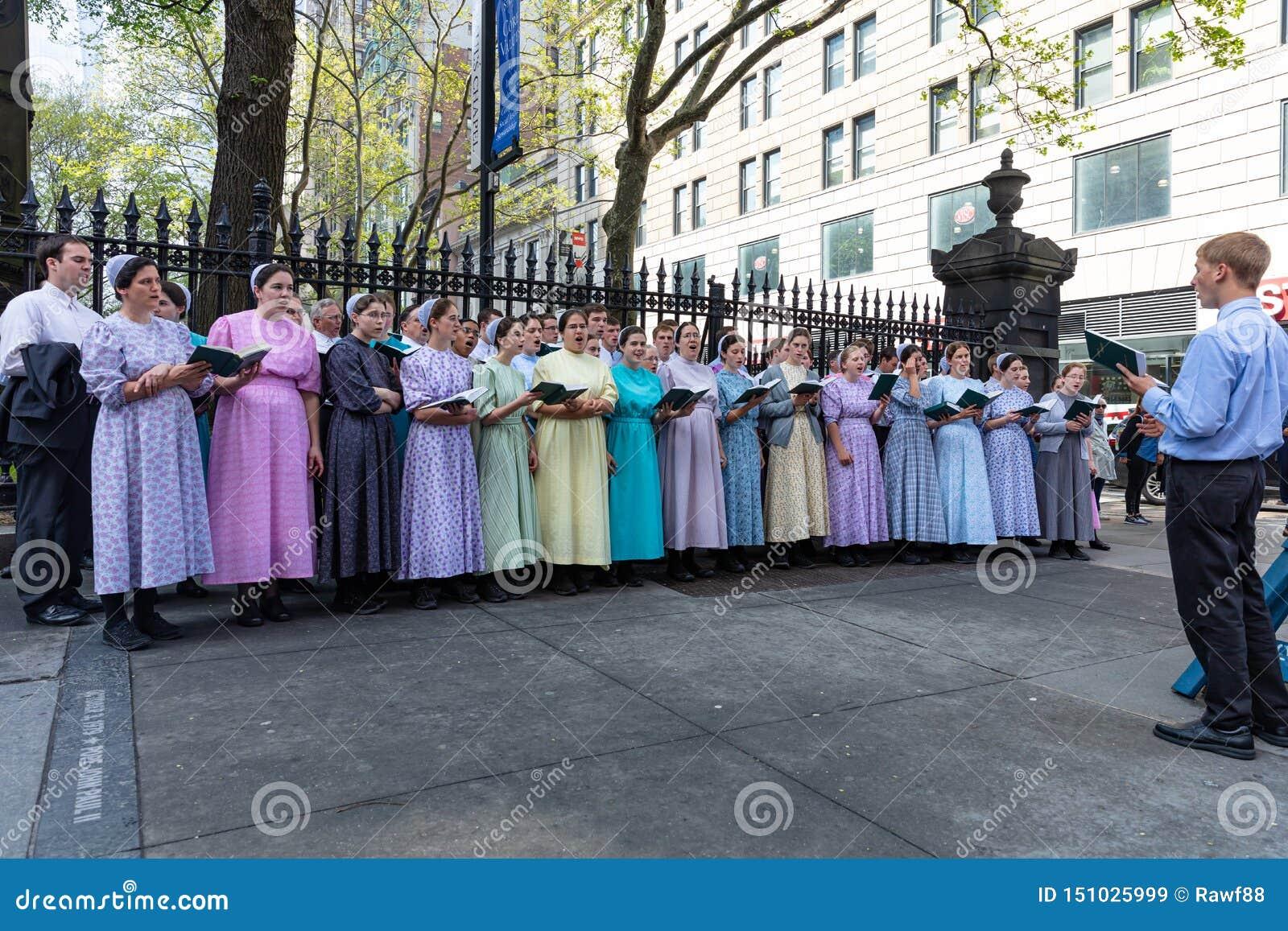 New York, groupe de personnes chantant dehors sur la rue