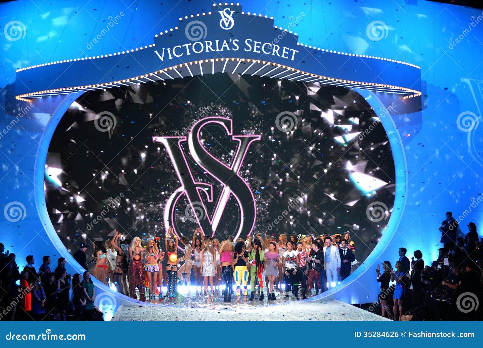 New york ny 13 november: de modellen lopen het baanfinale bij de