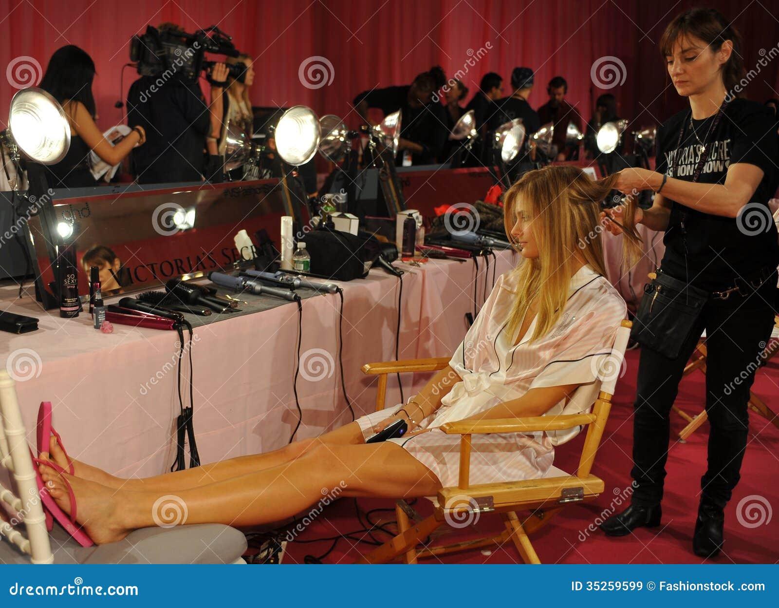 NEW YORK, NY - NOVEMBER 13: Model Constance Jablonski ...