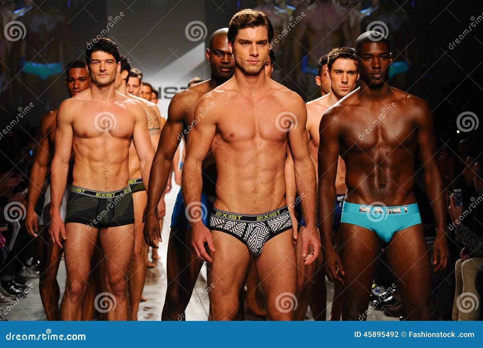 NEW YORK NY - OKTOBER 21: Modeller går landningsbanafinalen under 2 (X) IST-mäns modeshow