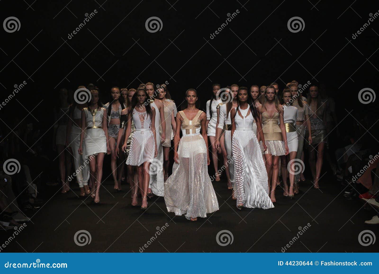 NEW YORK NY - SEPTEMBER 04: Modeller går landningsbanafinalen på den Meskita modeshowen